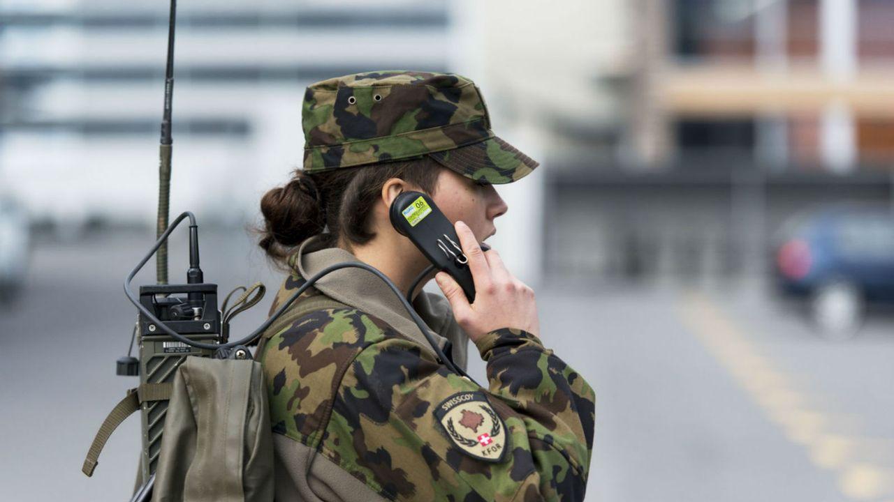 La Société suisse des officiers veut inciter les femmes à s'engager dans l'armée. [Christian Beutler - Keystone]