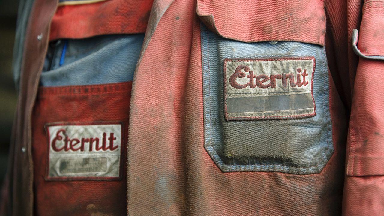 Le logo d'Eternit sur les vêtements de travail d'un employé. [Alessandro Della Bella - Keystone]