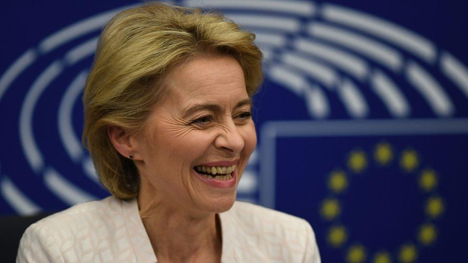 Ursula von der Leyen tout sourire après son élection à la tête de la Commission européenne.  [Patrick Seeger - EPA]