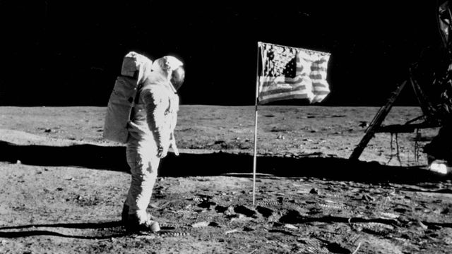 L'astronaute Edwin Eugene Aldrin sur la Lune à côté du drapeau américain lors de la mission Apollo XI le 20 juillet 1969. [Collection Roger-Viollet / AFP]