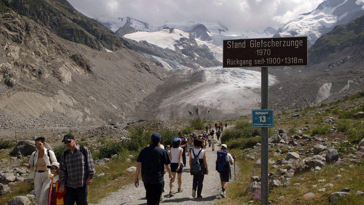 Des randonneurs au pied du glacier Morteratsch (GR) en 2003. [Arno Balzarini - Keystone]