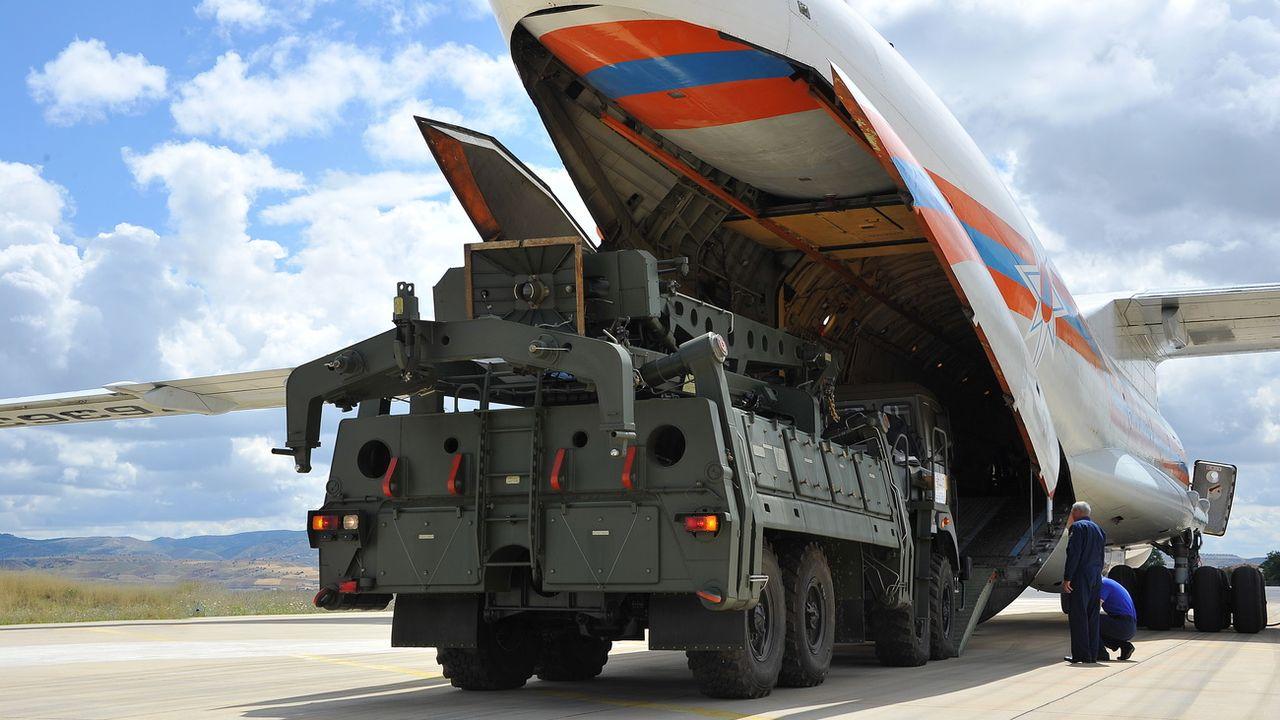 Un avion cargo militaire russe transporte des parties de missiles S-400 achetés par la Turquie. Ankara, le 12 juillet 2019. [Turkish Defence Ministry press office - Keystone]