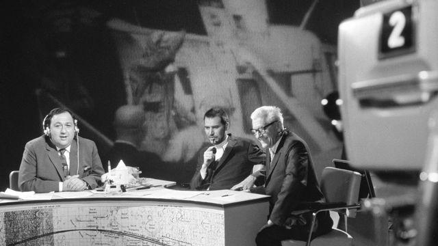 Georges Kleinmann (gauche) et Alain Schärlig (centre) sur le plateau de la TSR le 21 juillet 1969. [RTS]