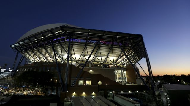 Le majestueux stade Arthur Ashe qui peut accueillir un peu plus de 22'000 personnes. [Julio Cortez - Keystone]
