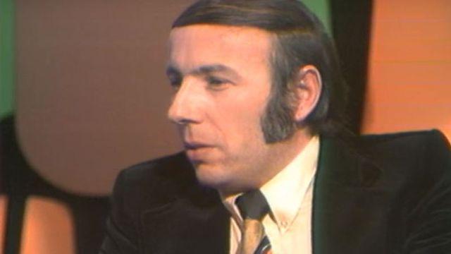 Roger Félix incarnait une figure du journalisme sportif en Suisse. [Capture d'écran - Les Archives de la RTS]