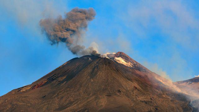 De la fumée s'échappe de l'Etna, le plus grand des trois volcans italiens en activité, le 20 juillet 2019. [Salvatore Allegra - Keystone/ap photo]