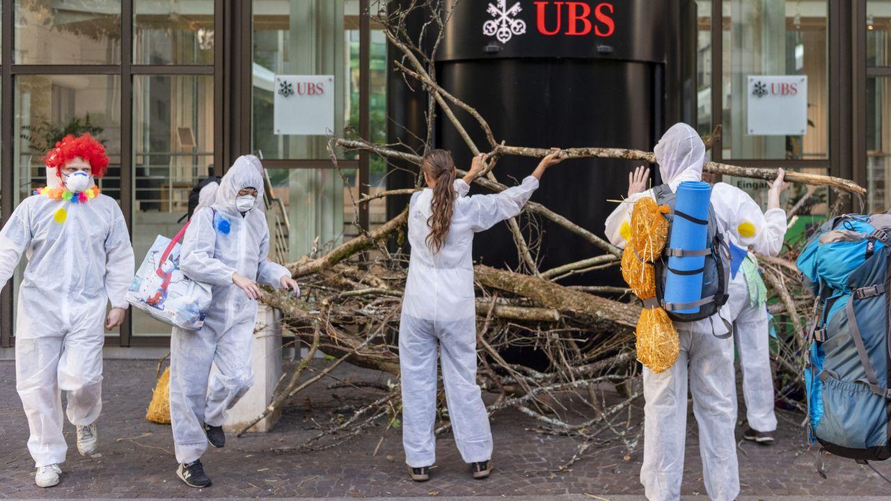 Des activistes pro-climat devant le siège d'UBS à Bâle, 08.07.2019. [Georgios Kefalas - Keystone]
