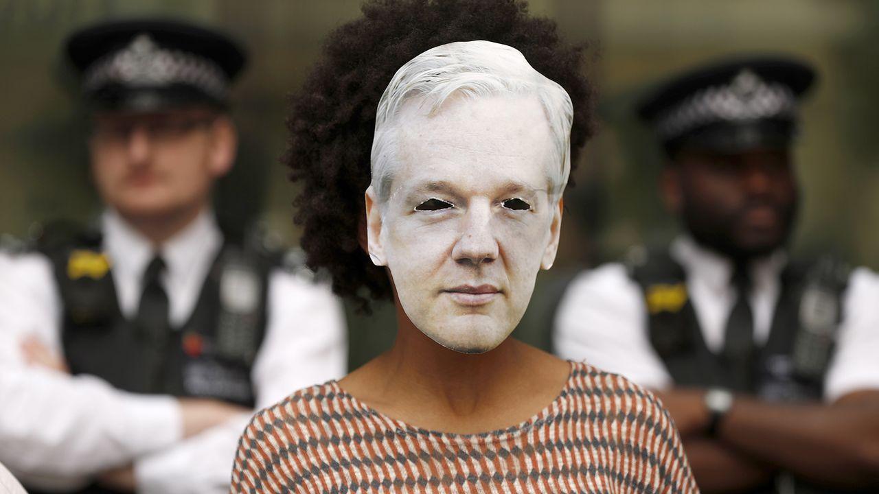 Une personne soutenant Julian Assange porte un masque du fondateur de WikiLeaks, à Londres, le 14 juin 2019. [Frank Augstein - Keystone/ap photo]