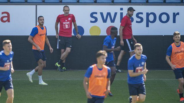 Les joueurs lucernois révisent leur gamme devant leur entraîneur Thomas Häberli. [Urs Flueeler - KEYSTONE]