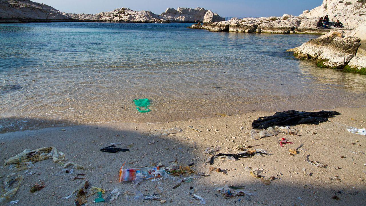 Déchets rejetés sur le rivage dans une calanque sur l'île de Pomègues, près de Marseille. [Michel Cavalier - Hemis/AFP]