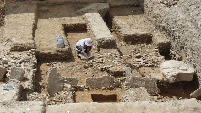 Les stèles ont été découvertes sur le chantier d'un immeuble locatif dans le quartier du Petit-Chasseur. [Vue du chantier et de l'alignement de stèles dans le quartier du Petit-Chasseur. - SBMA-ARIA SA]