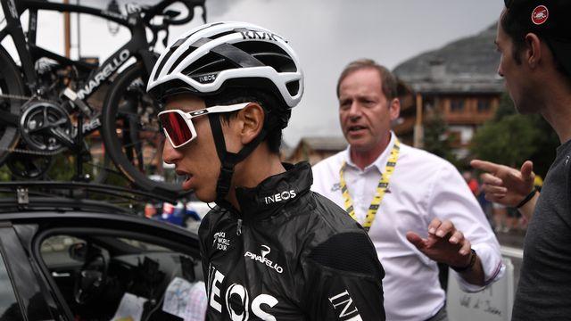 Bernal rejoint la voiture de son équipe, suivi par le directeur du Tour Christian Prudhomme. [Marco Bertorello - AFP]