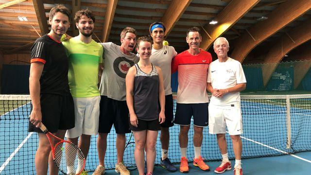 Le Romain de 21 ans (3e depuis la droite) a consacré près d'une heure à ces 6 amoureux de la petite balle jaune. [Miguel Bao - RTS]