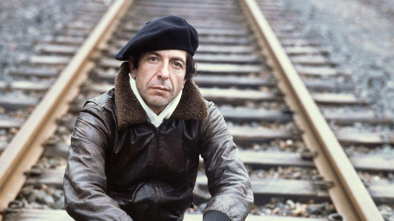 Le chanteur  Leonard Cohen pose à Francfort, en 1976. [Istvan Bajzat - AFP]