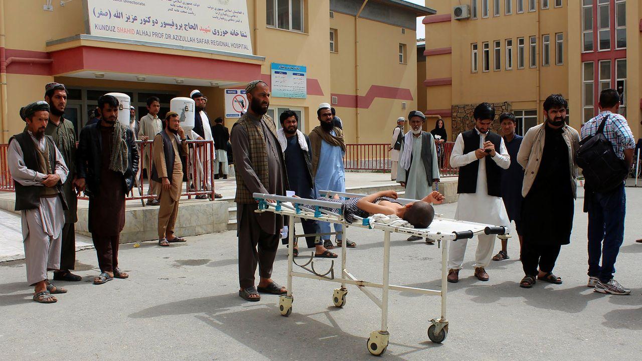 Les civils afghans sont souvent blessés ou tués lors de raids aériens (ici à Kunduz en avril 2018). [Bashir Khan Safi - AFP]
