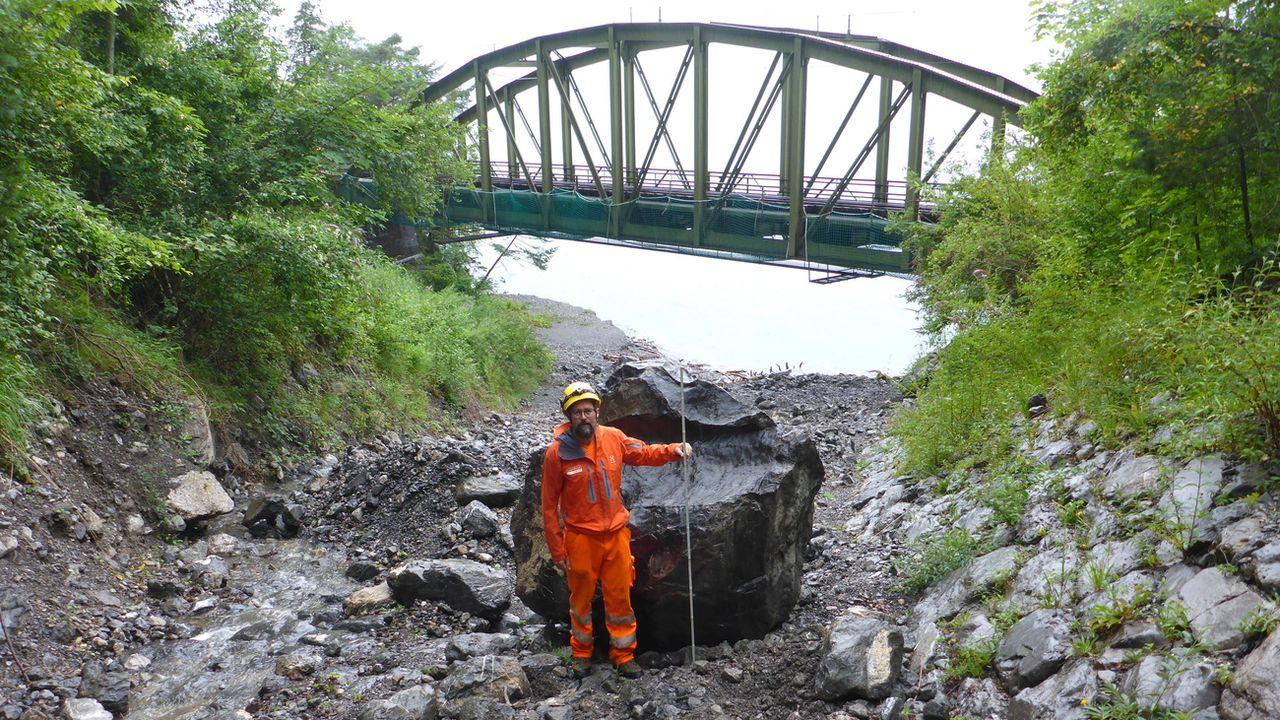 Un rocher a été retrouvé tout en bas du ravin de Gumpisch, en contrebas de la route [ASTRA - KEYSTONE]