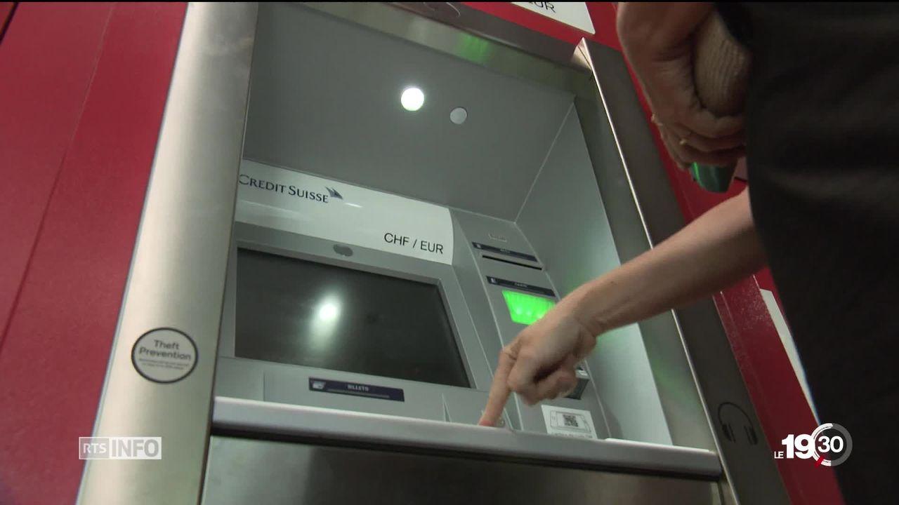 Les banques doivent s'adapter aux modes de paiements qui changent. Le smartphone est en passe de remplacer le bancomat. [RTS]