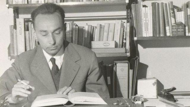 Primo Levi dans son bureau en 1960.