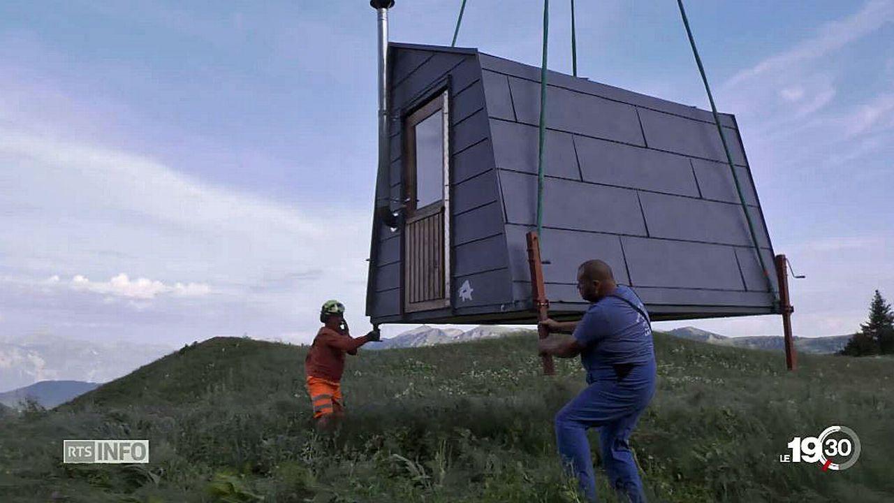 Equipées de panneaux solaires, es cabanes offrent notamment l'électricité à leurs occupants. [RTS]