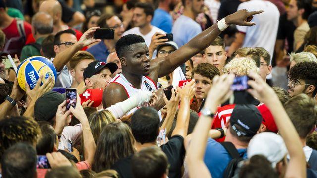 Clint Capela a été salué comme il se doit par les fans à l'issue du match. [Jean-Christophe Bott - Keystone]