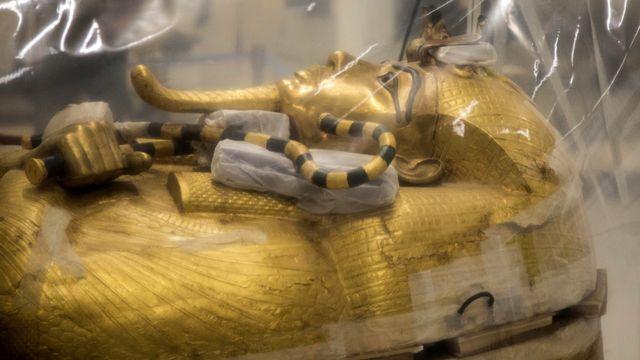 Le sarcophage sous protection au Grand musée d'Egypte, 04.08.2019. [Mohamed Hossam - EPA/Keystone]