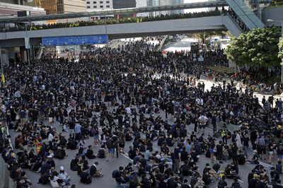Des manifestants bloquent les routes proches du Conseil législatif et du bâtiment du Gouvernement central à Hong Kong, le 5 août 2019.