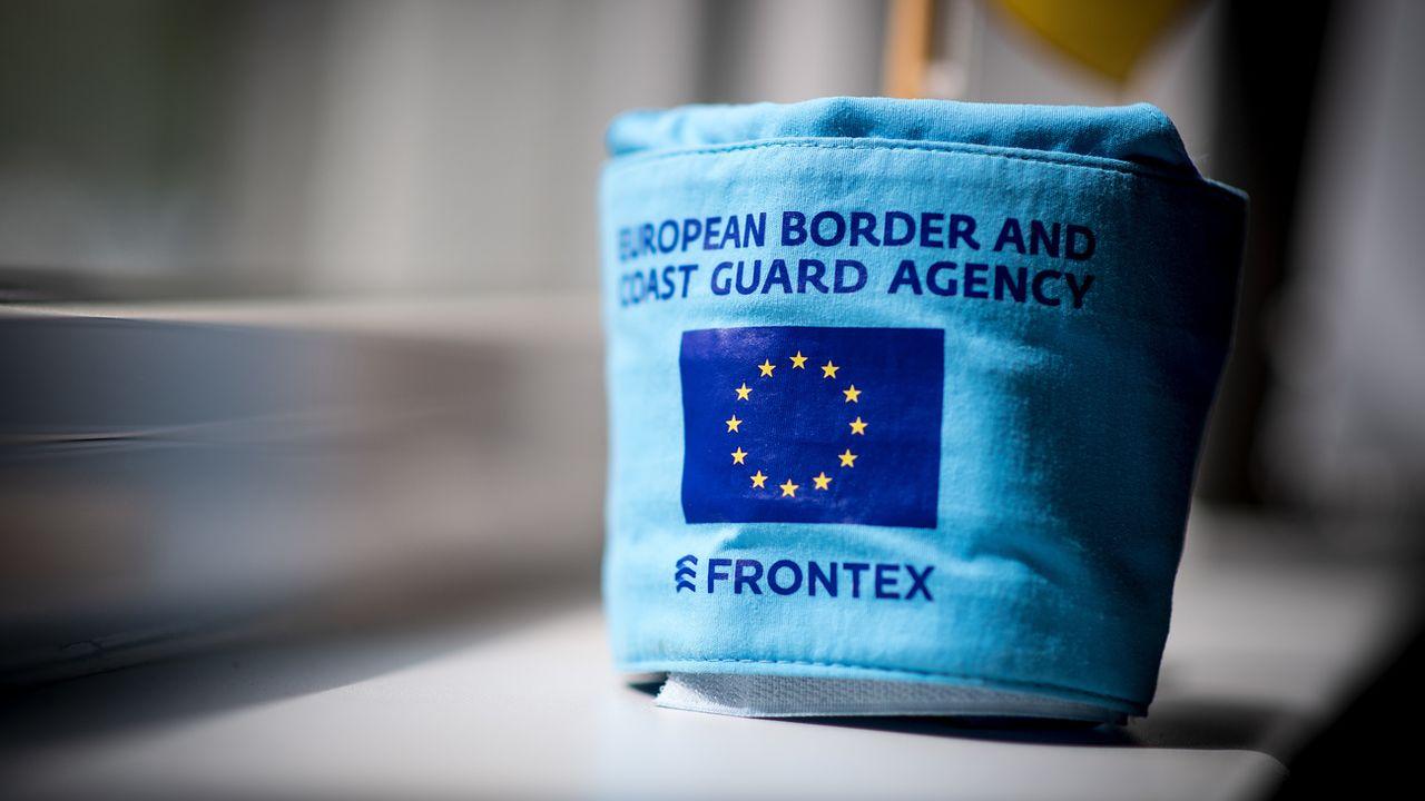 Un brassard d'un membre de l'agence Frontex, chargée de la surveillance des frontières extérieures de l'Union européenne. [Marius Becker - Keystone/DPA]