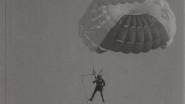 Le cascadeur Gil Delamare durant sa traversée de la Manche en parachute ascensionnel.