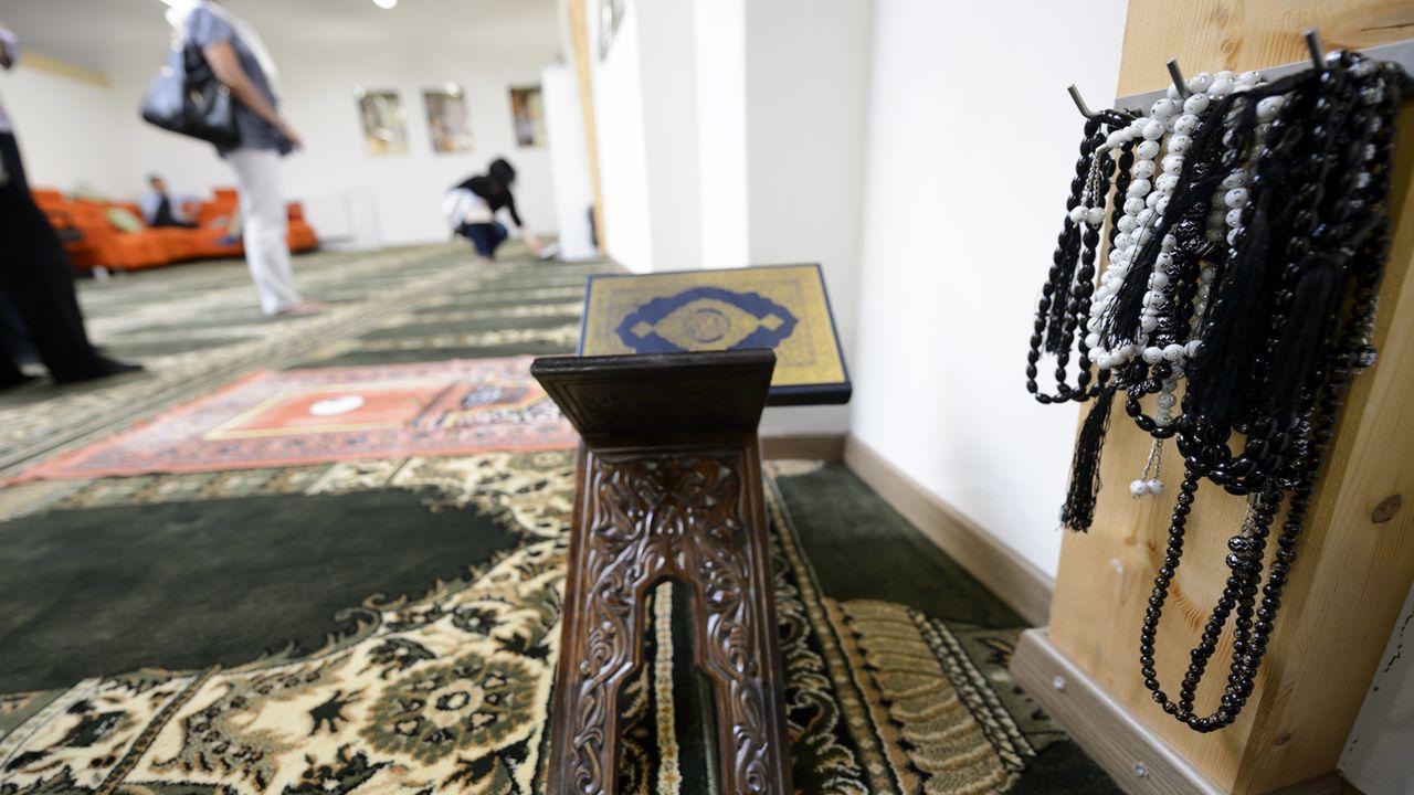 Des chapelets musulmans et un Coran, photographiés dans la salle de prière de la mosquée de Payerne. [Laurent Gilliéron - Keystone]