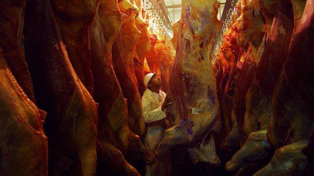 Depuis 1961, la production de viande par habitant a plus que doublé dans le monde. [Alexandre Meneghini - AP/Keystone]
