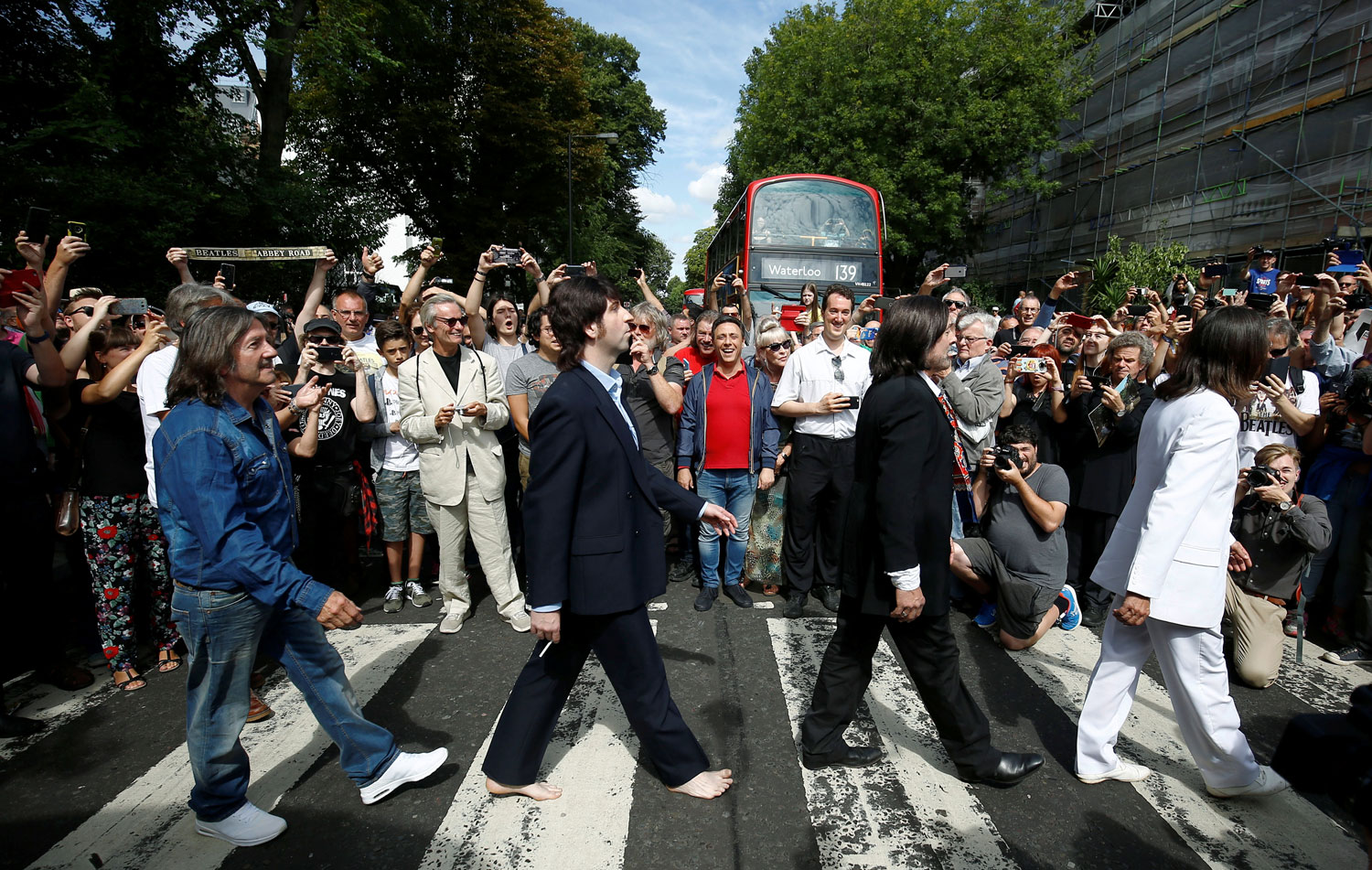 Les fans reproduisent la photo des Beatles traversant Abbey Road le 08.08.1969.