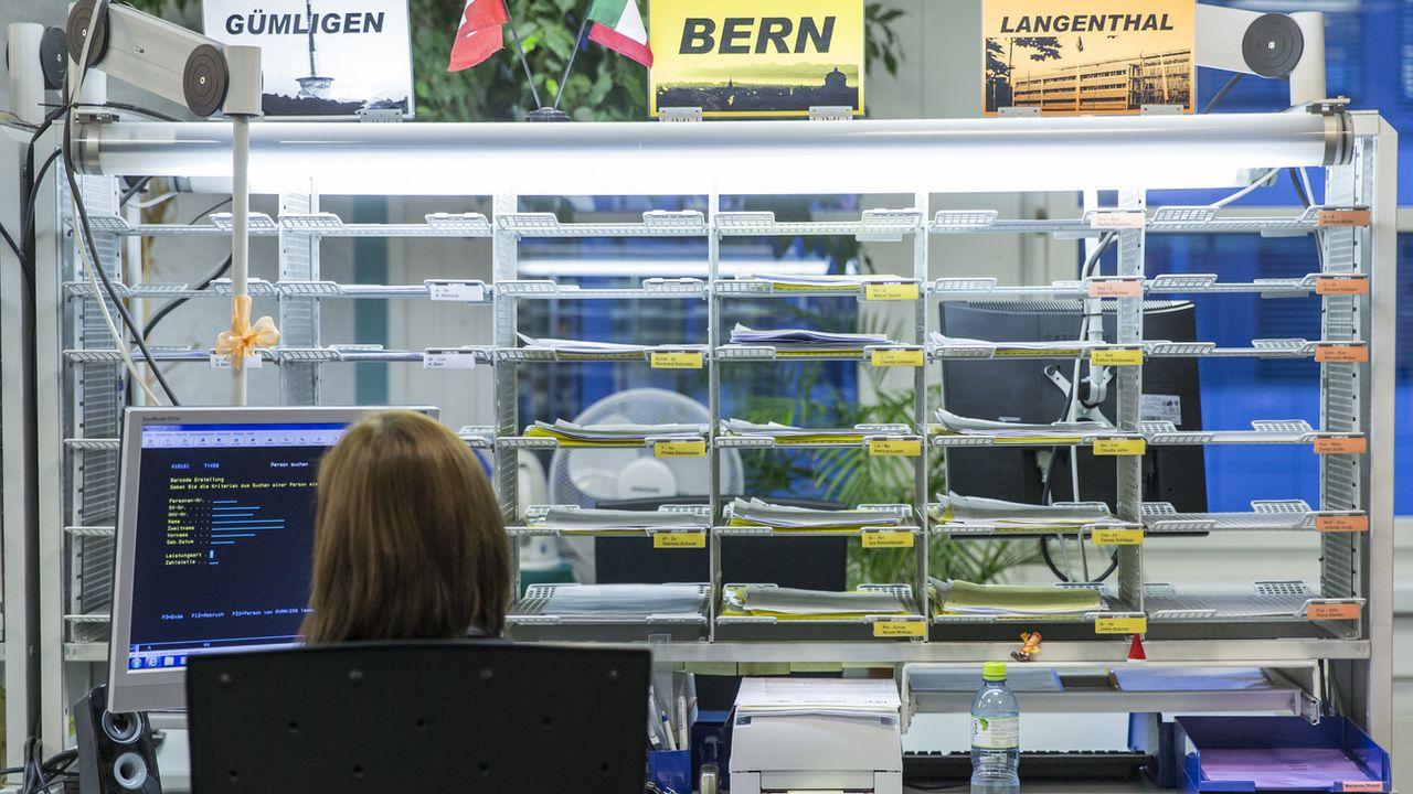 Une employée d'une assurance-chômage du canton de Berne. [Peter Klaunzer - Keystone]