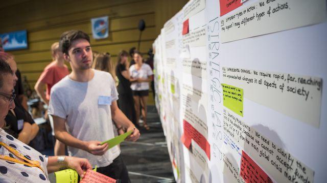 """Les activistes du sommet """"Smile for Future"""" ont posé leurs revendications aux politiques, cette semaine à l'Université de Lausanne. [Jean-Christophe Bott  - Keystone]"""