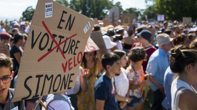 """Les militants de la grève pour le climat défilent à Lausanne après le sommet """"Smile for Future"""". [Jean-Christophe Bott - Keystone]"""