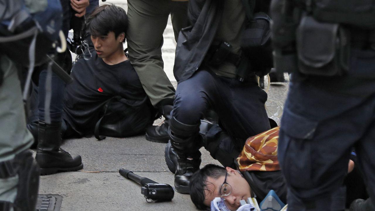 La police a procédé à une démonstration de force dimanche à Hong Kong. [Kin Cheung - AP/Keystone]