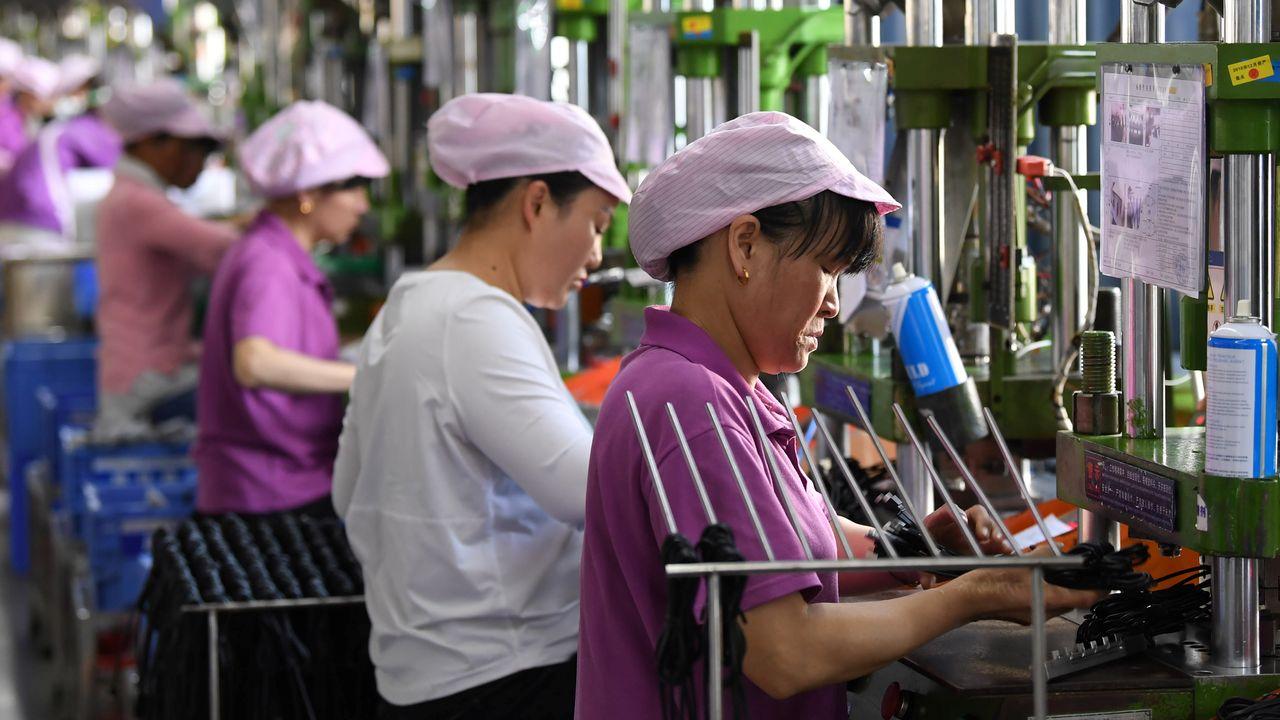 Des ouvrières travaillent dans une usine de composants électroniques. [Reuters]