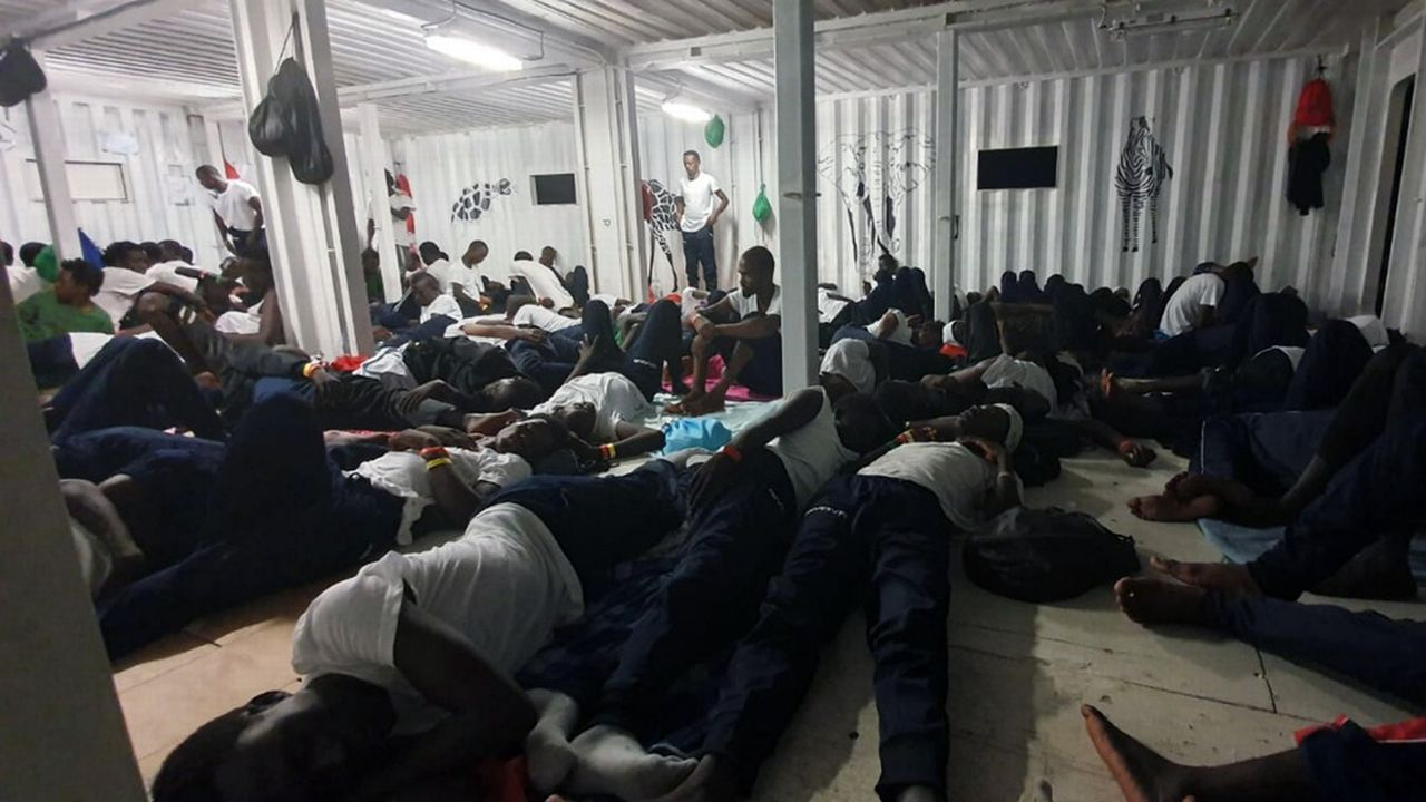 Des migrants à bord du navire humanitaire Ocean Viking. [Hannah Wallace Bowman/MSF/SOS Mediterranee via AP - Keystone]
