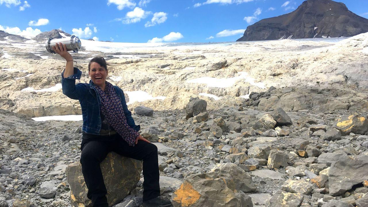 Laurence Piaget-Dubuis, artiste photographe et plasticienne est allée déposer à la Cabane Prarochet (2900m) au pied du glacier de Tansfleuron, une capsule temporelle! Il s'agit d'une installation artistique dans le cadre d'un projet intitulé MMLX. Le propos de ce projet porte sur le réchauffement climatique et la fonte des glaciers. [Lucile Solari - RTS]