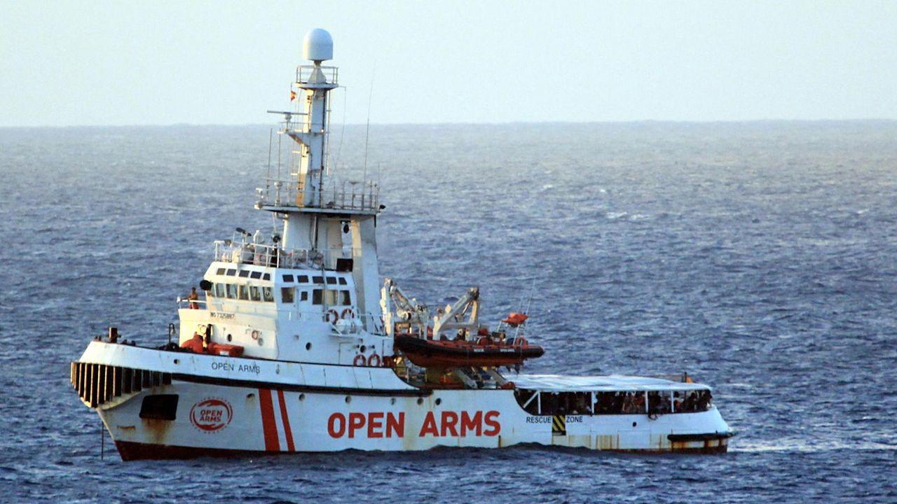 Le navire humanitaire Open Arms met le cap sur l'île de Lampedusa. [Elio Desiderio - EPA/Keystone]