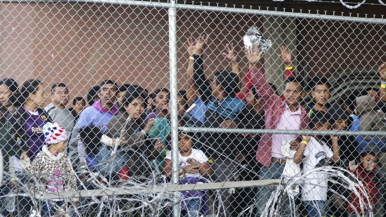 Des migrants dans un centre de détention à la frontière entre les Etats-Unis et le Mexique, à El Paso, au Texas. [Cedar Attanasio - AP Photo]