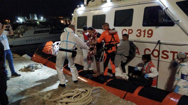Quatre migrants ont débarqué de l'Open Arms pour des soins médicaux.  [EPA/STR - Keystone]