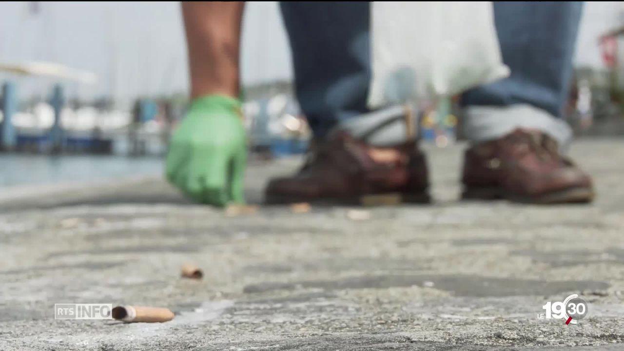 À Genève, les policiers municipaux luttent et sévissent contre les mégots jetés par terre. [RTS]