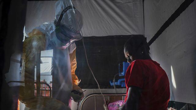 Une femme dont le mari est décédé d'Ebola est examinée dans un centre de traitement à Beni, en République démocratique du Congo. [AP Photo/Jerome Delay - Keystone]