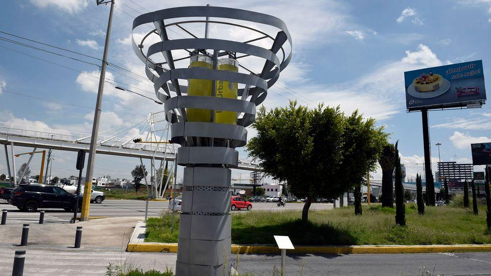 """Le premier """"arbre"""" a été installé à Puebla, une des principales villes du Mexique. [Alfredo Estrella - AFP]"""