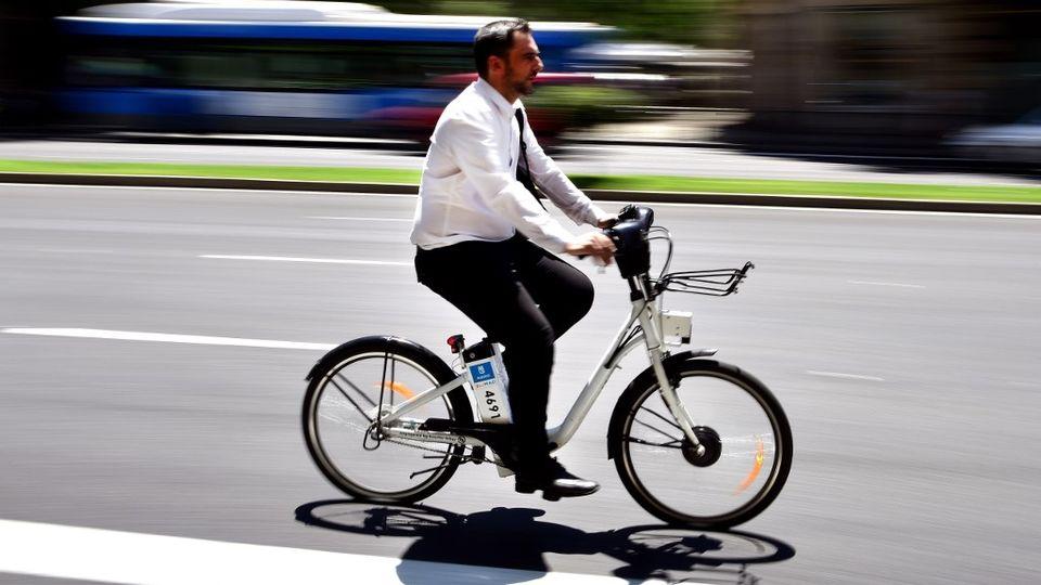 Les utilisateurs de vélos électriques en état d'ébriété risquent la prison. [Gerard Julien - AFP]