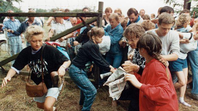 Des Allemands de l'Est fuient en Autriche lors d'un pique-nique paneuropéen dans la ville hongroise de Sopron en août 1989. [Herbert Knosowski - Reuters]