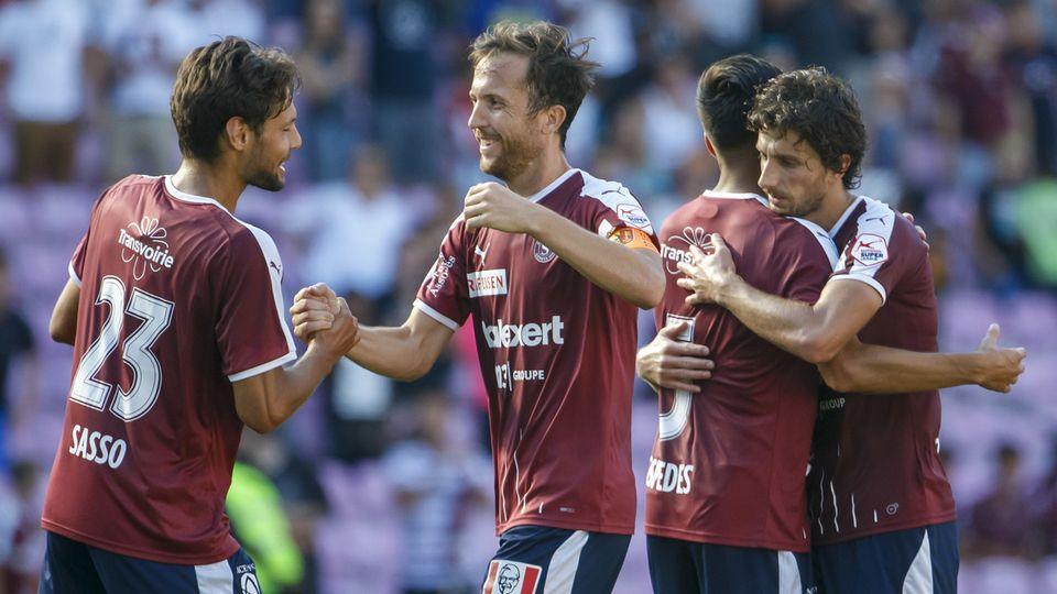 Vincent Sasso, Anthony Sauthier et le Servette FC, récents champions de Challenge League, ont découvert une élite à dix cet été. Celle-ci pourrait bientôt être élargie. [KEYSTONE]