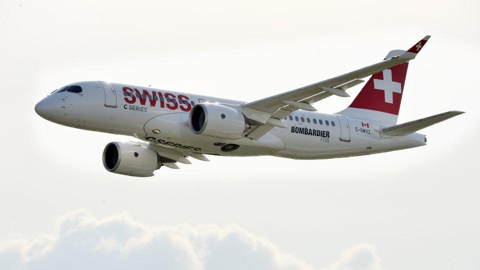 Un Airbus A220 - anciennement Bombardier CSeries - en vol en juin 2015. [Walter Bieri - KEYSTONE]