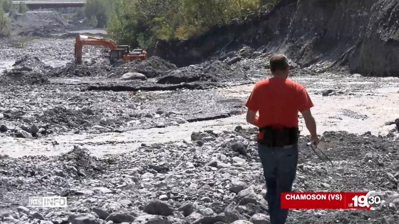 Les spécialistes sondent le lit de la rivière avec un appareil qui mesure le champ magnétique terrestre. [RTS]