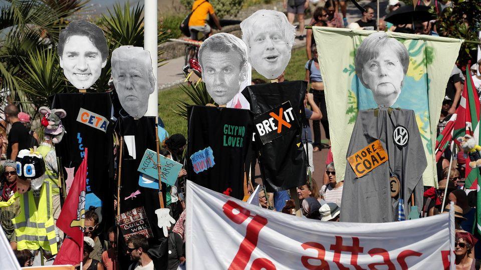 Les manifestants anti-G7 espèrent réunir plus de 10'000 personnes. [EPA/Guillaume Horcajuelo - Keystone]